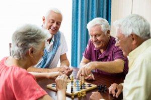 Senioren spielen ein Spiel