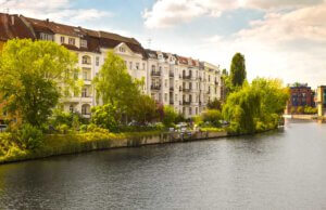 Häuserreihe am Fluss