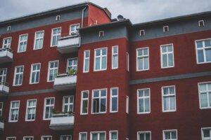 Mehrfamilienhaus mit roter Fassade