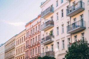 Häuserreihen mit Balkonen