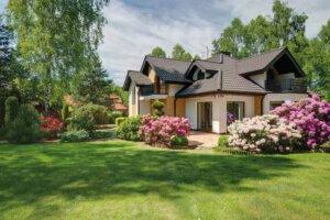 Haus mit Blumenbepflanzung